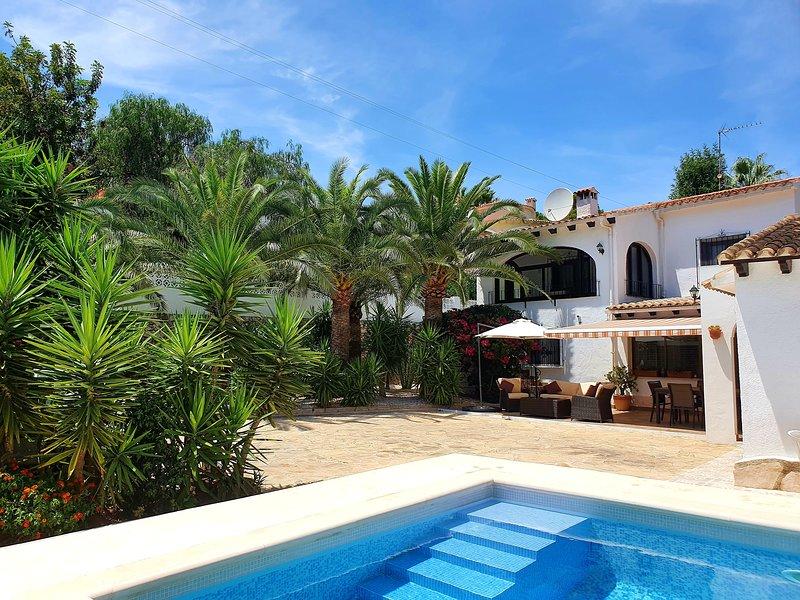 VILLA APARTMENT, NEWLY UPGRADED WITH PRIVATE POOL Near beach shops restaurants, aluguéis de temporada em Moraira