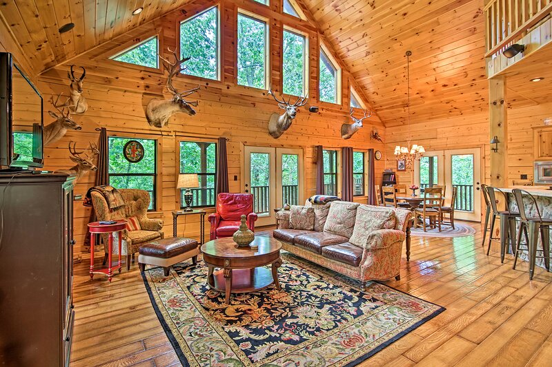 NEW! Secluded Modern Cabin, ~25 Mi to Bentonville!, casa vacanza a Pineville