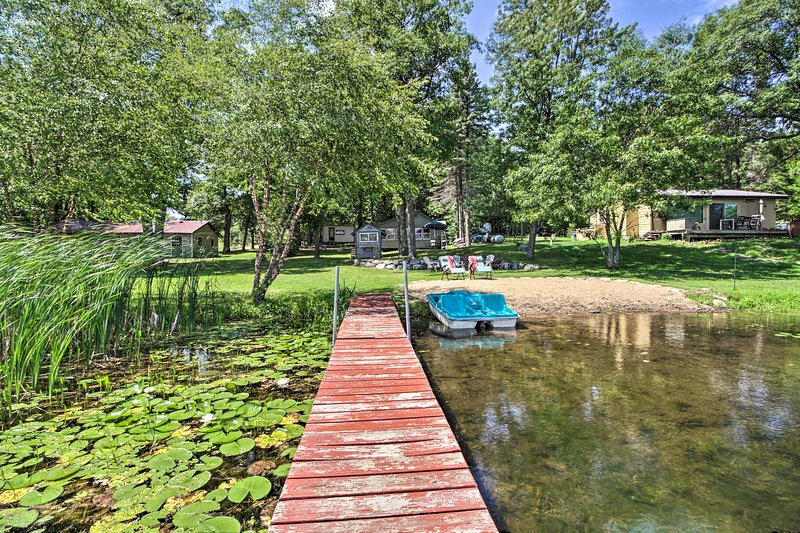 NEW! Waterfront Hideaway with Beach & Paddle Boat!, aluguéis de temporada em Aitkin