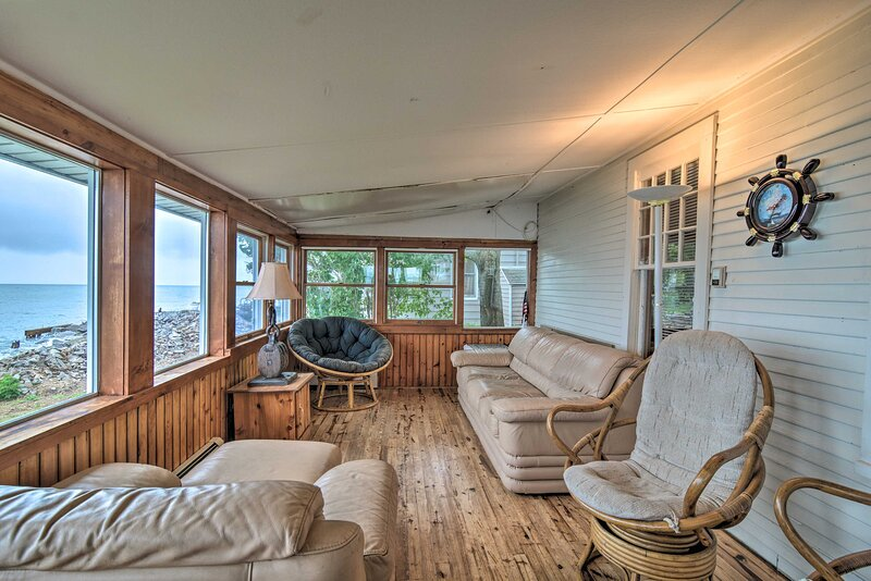 NEW! Lovely Lakefront Cottage w/ Patio & Sunroom, casa vacanza a Hale