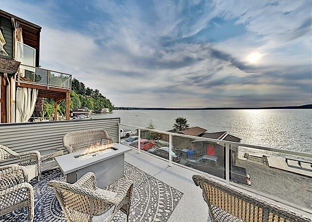 2,700 Square Feet! Modern Beachfront Home w/ AC & Huge Entertaining Terrace, alquiler vacacional en Federal Way