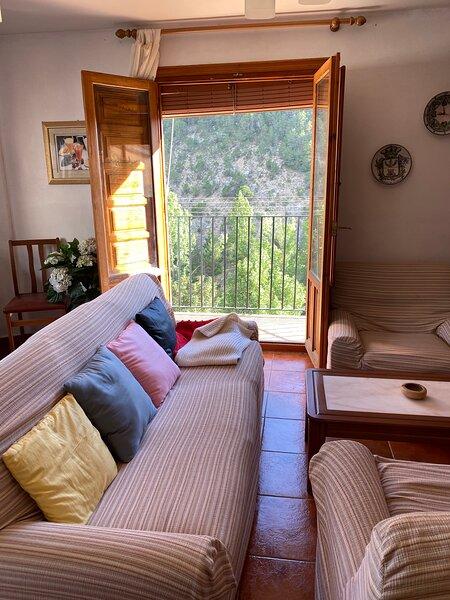 Apartamento en el pueblo con preciosas vistas a la montaña, holiday rental in Rubielos de Mora