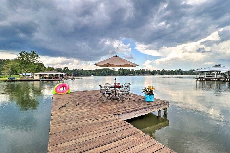 Eatonton Home w/ Dock & Lake Sinclair Views!, alquiler de vacaciones en Haddock