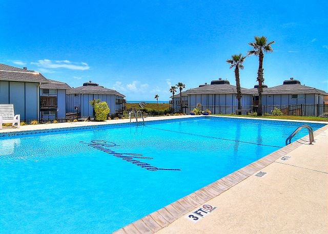 Newly Remodeled 1 bedroom 1 bath condo. Beach Access! Heated Community Pool!, alquiler de vacaciones en Port Aransas
