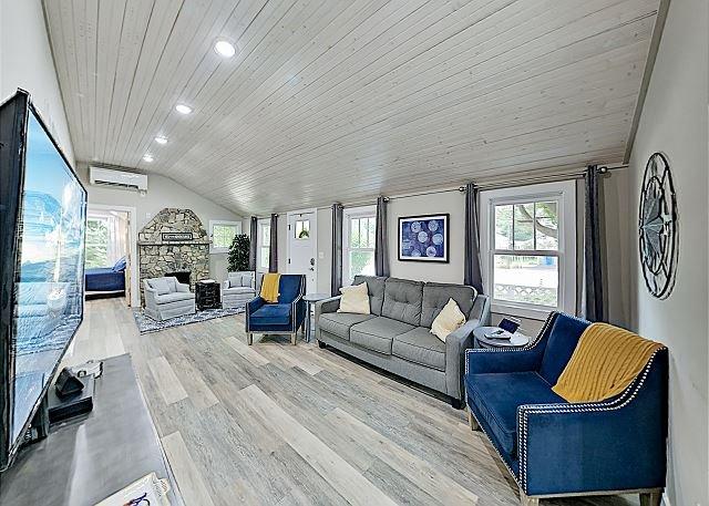 Black Mountain Cottage: Stylish Retreat w/ Hot Tub - Near Downtown, location de vacances à Ridgecrest