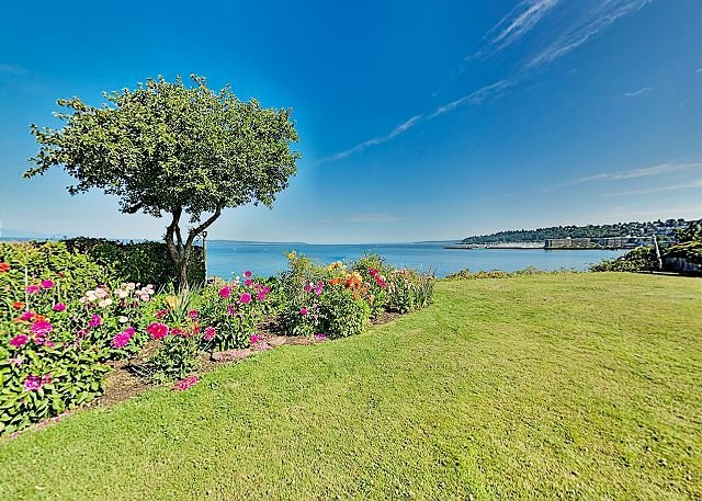 One-Of-A-Kind Log Home on Puget Sound with Views & Private Waterfront Area, holiday rental in Indianola
