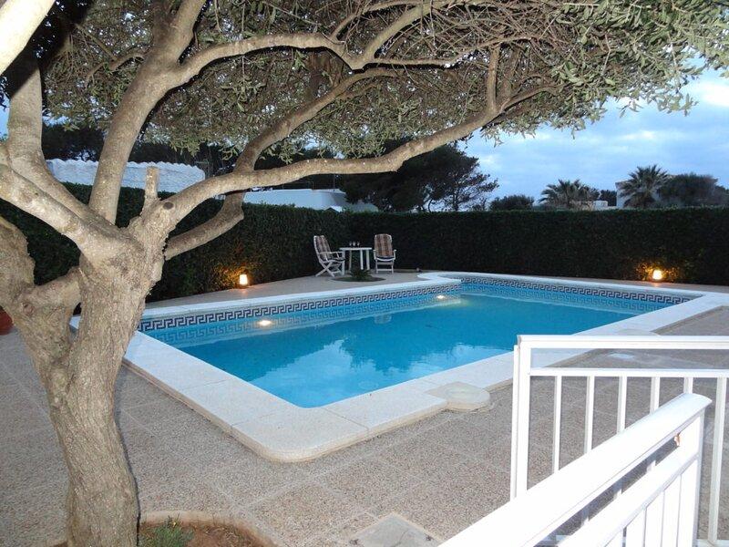 Preciosa villa con piscina para 6 personas con aire condicionado, wifi, barbacoa, holiday rental in Menorca