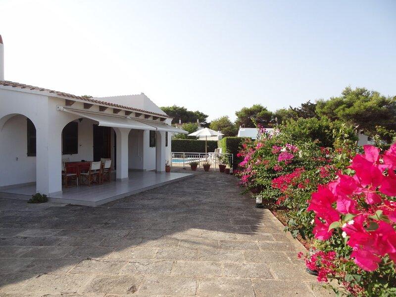 Preciosa villa con piscina para 6 personas con aire condicionado, wifi, barbacoa, location de vacances à Cala Blanca