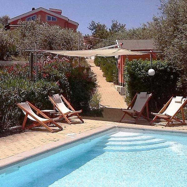 Charming villa with pool in quiet old olive grove, alquiler vacacional en Ittireddu