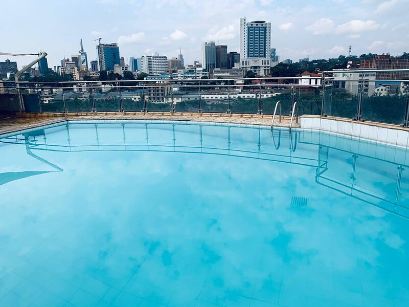 Luxury studio apartment with a pool and epic city views, holiday rental in Mount Kenya National Park