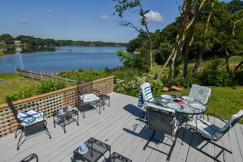 #916: Waterfront fun awaits at this updated antique home! Dog friendly!, vacation rental in West Dennis