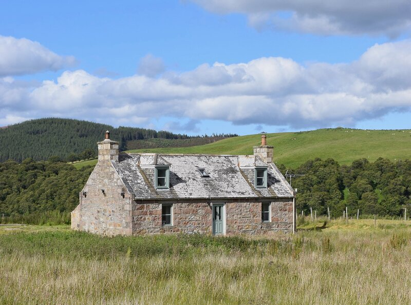 New Luxury Refurbished Eco Cairngorms Highland Farmhouse, holiday rental in Tomintoul
