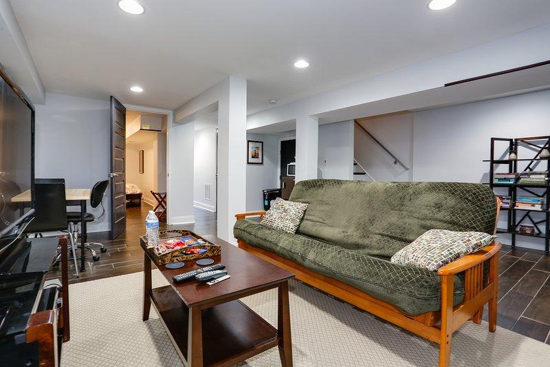 Modern Suite in Petworth, Washington DC *FREE off-street parking, walk to Metro*, aluguéis de temporada em Silver Spring