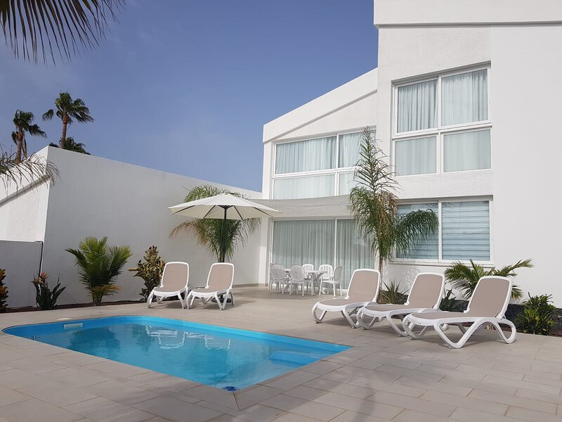 Brand new, quality 3 bed villa in La Quinta with heated pool, holiday rental in Guargacho
