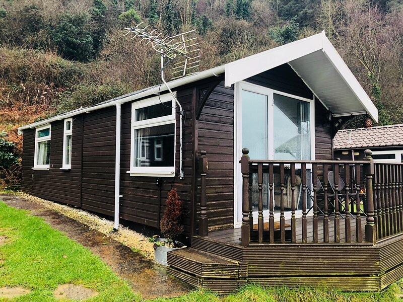 Chalet 4 - Premium position with enclosed balcony and sea views, location de vacances à Talybont