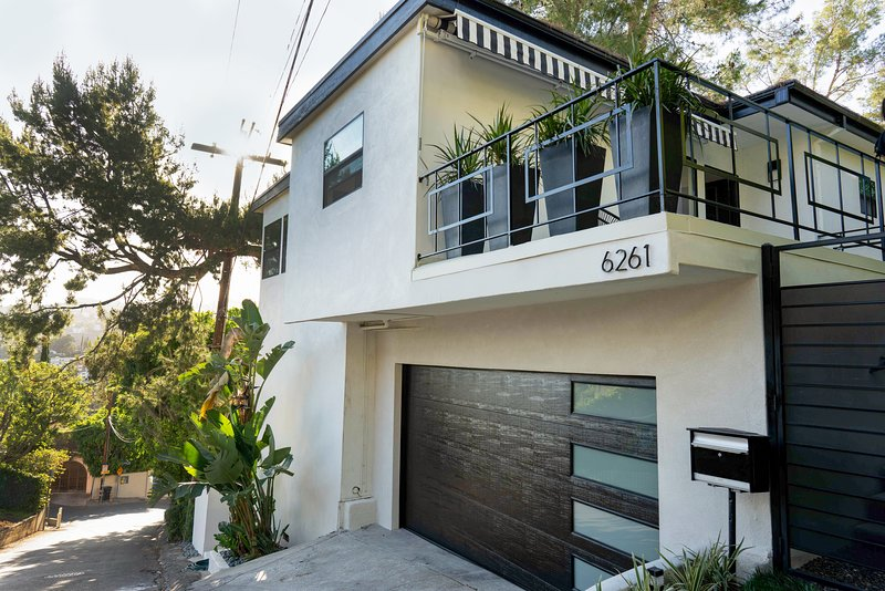 Chic and sophisticated modern Hollywood Hills home, alquiler de vacaciones en West Hollywood