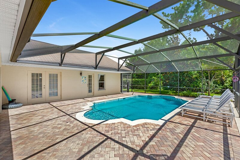 Stunning 6 bed villa with modern decor and sunny private pool overlooking conser, holiday rental in Bay Lake