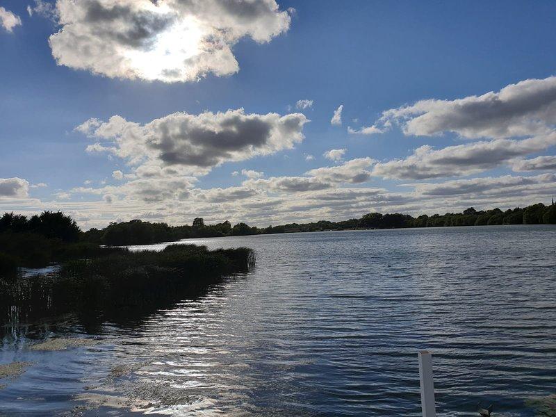 Chichester Lakeside Luxury Lodge with Lake Views, sleeps 4, casa vacanza a Hunston