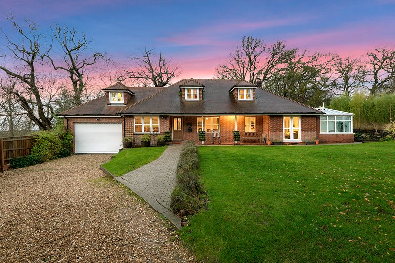 'Mews Hill' a New Forest 5 bedroom Chalet style property that sleeps 11guests, holiday rental in Alderholt