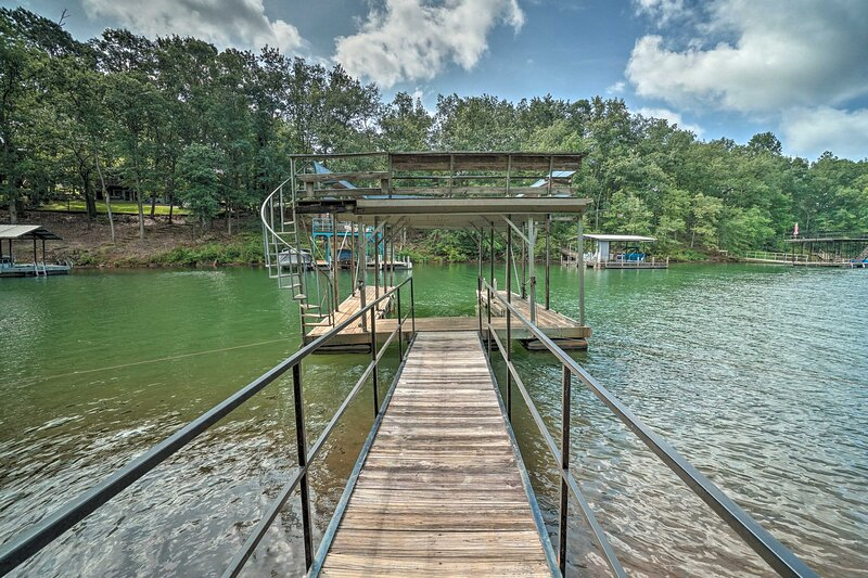 Lovely Lakefront Home w/ Deck, Kayak Available, holiday rental in Pendleton