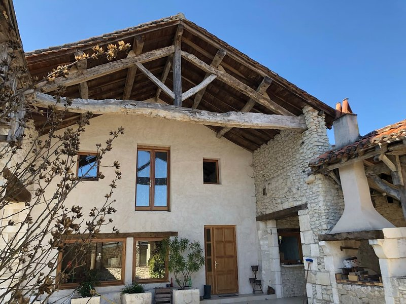 Luxury 7-Bed Villa in Verteillac South West France, holiday rental in Coutures