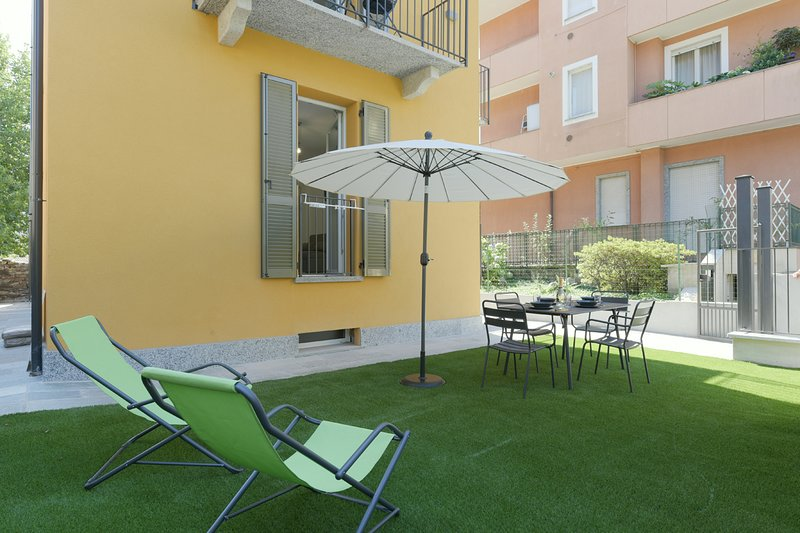 Sunflower apartment 1 with terrace in Baveno city centre, holiday rental in Baveno