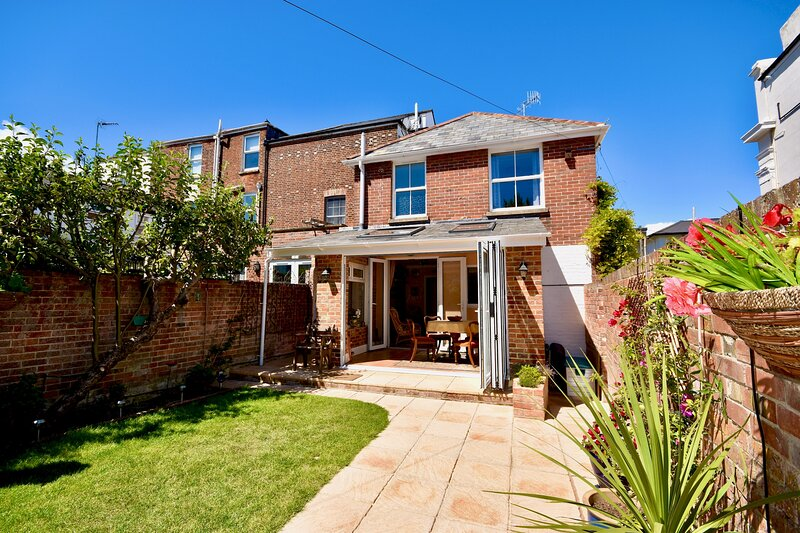 Anchor Down Cottage the perfect seaside retreat, sleeps 4 beach 2 mins, vacation rental in Ryde