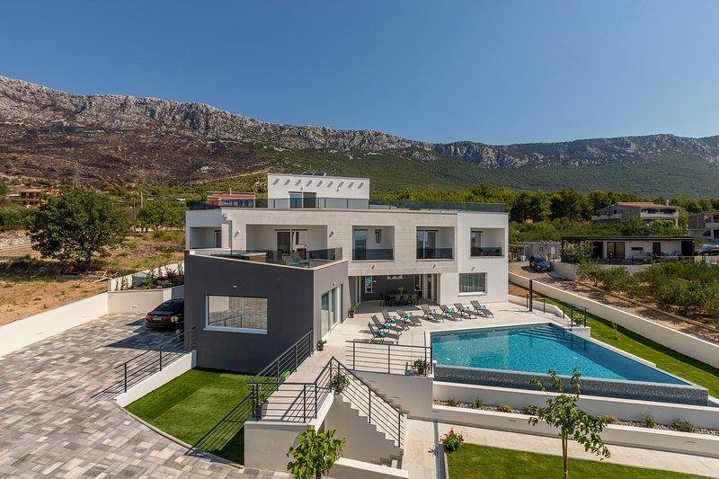 Luxurious Villa Meri, holiday rental in Kastela