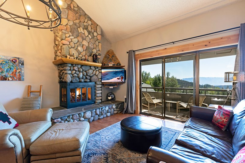 Incredible views and even better ski access! Newly remodeled ski condo, holiday rental in Polebridge