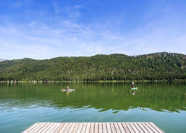 Lakefront rustic retreat for 2, hot tub, WiFi & private dock, holiday rental in Leavenworth