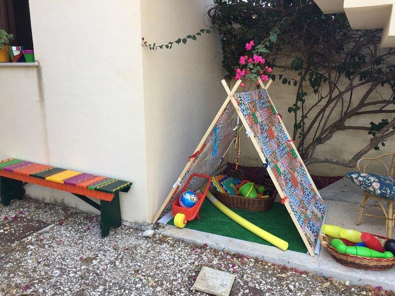 Spazio con capanna e giochi per bambini