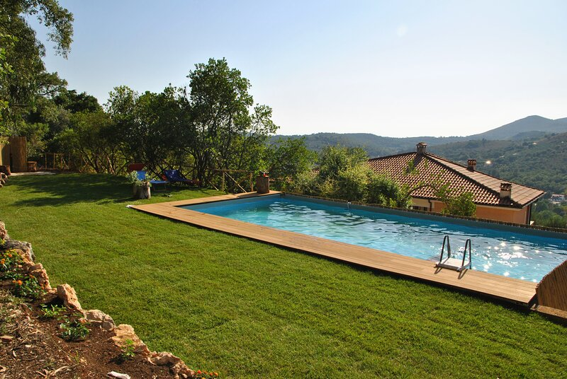 Suite on hill, air-conditioned apartment in villa with outdoor patio, vacation rental in Itri