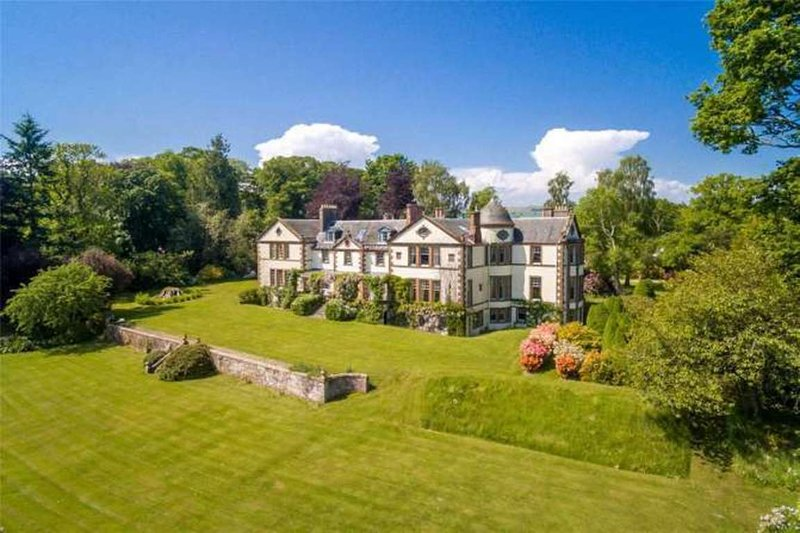 The Seat of the Barony of Alyth, a stately Manor, holiday rental in Glamis