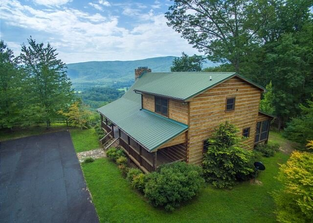 Stairway to Heaven | Beautiful long-range views & outdoor fireplace!, holiday rental in Spruce Pine