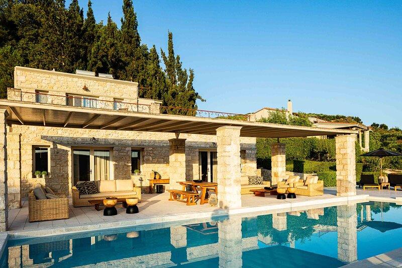 Villa Mantilari wine estate with 2 private pools, holiday rental in Peza