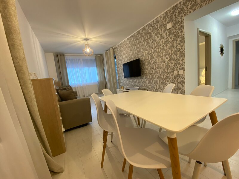 New luxury 2 bedroom 2 bath Apt in Sinaia, Ferienwohnung in Pietrosita