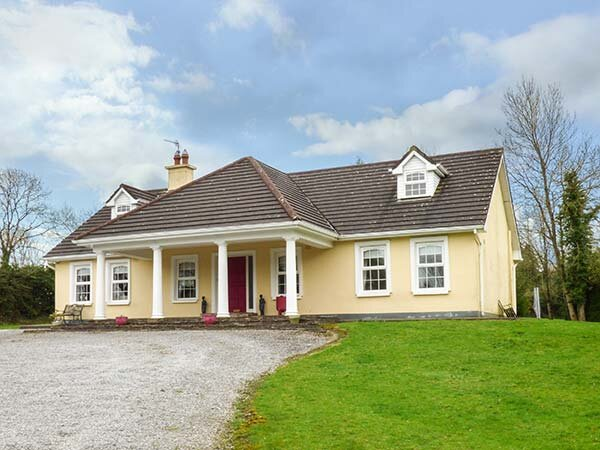 THE SANCTUARY, family friendly, open land, children's play area, in Mallow, vacation rental in Charleville