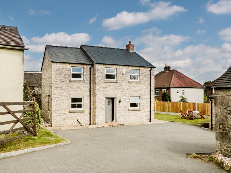 DUKE'S PARK, detached stone cottage, four bedrooms, woodburner, off road, holiday rental in Bonsall