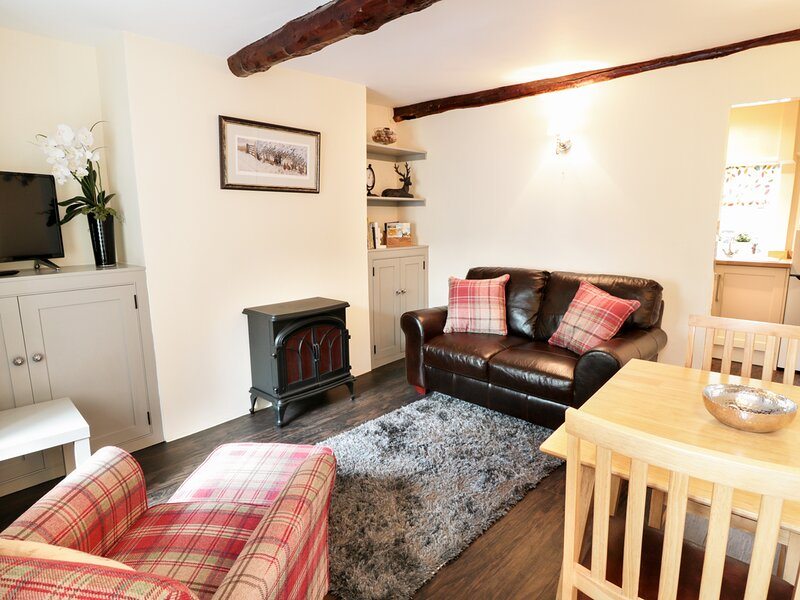 SMITHY COTTAGE, romantic cottage, enclosed garden, WiFi, Bradwell, Ref, holiday rental in Edale