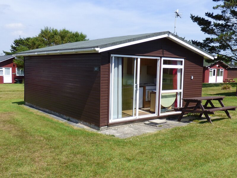 CHALET 117, open plan living, short drive to beach, St Merryn, Ref 955712, holiday rental in Saint Ervan