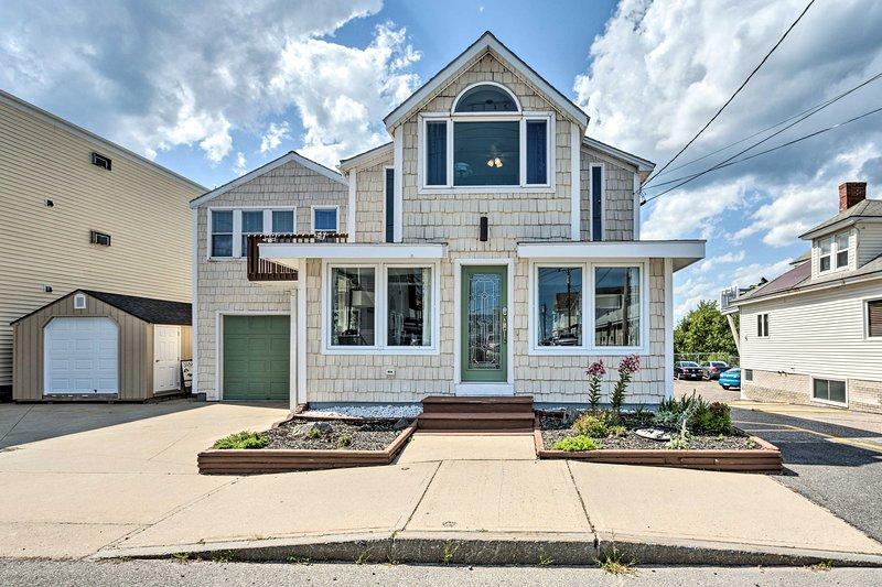 NEW! Sunny Coastal Cottage w/ Deck + Walk to Beach, alquiler vacacional en Scarborough