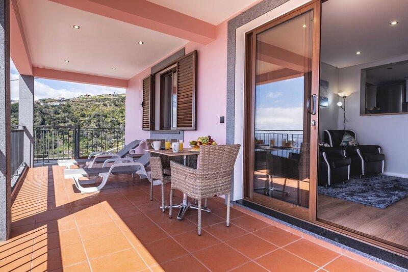 Casa do Miradouro - 2  Vista fantástica para a praia e montanhas, vacation rental in Santo da Serra
