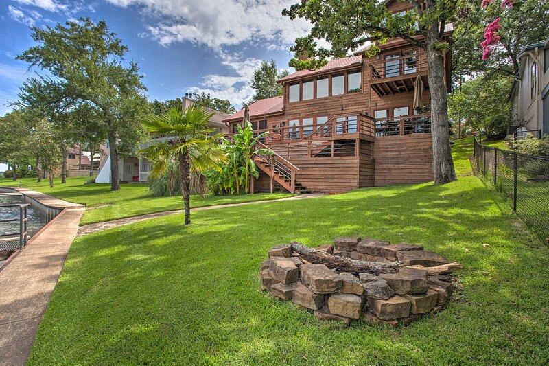 NEW! Spacious Cedar Creek Lake Home w/Deck + Dock!, holiday rental in Eustace