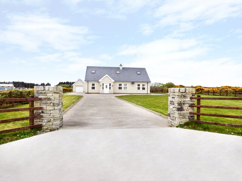 ERRIGAL VIEW, open fire, French doors, river and countryside views, Dungloe, Ferienwohnung in Dungloe