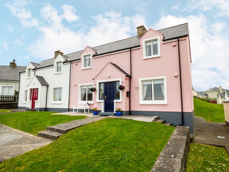 MOLLY'S COTTAGE, ensuite bedrooms, WIFI, garden, sandy beaches, in Lahinch, Ref, casa vacanza a Lahinch
