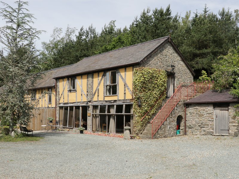 THE GRANARY, traditional building, beamed ceilings, rustic decor, near Bishop's, holiday rental in Bishops Castle