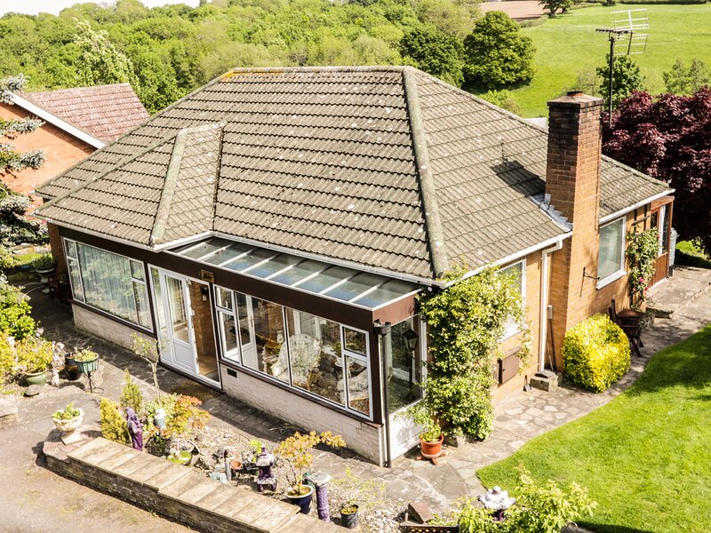 ALBEBA, detached bungalow, two bedrooms, sun room, summerhouse, near, holiday rental in Condover