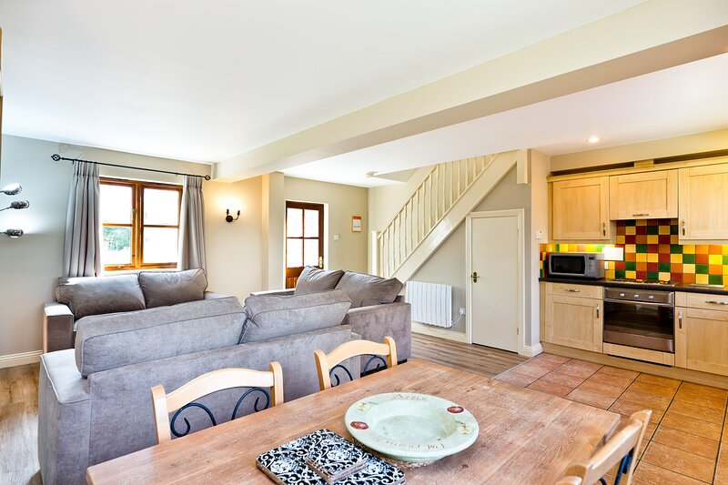 Butterton Cottage | Derbyshire Dales Cottage With Shared Swimming Pool, vacation rental in Hulland Ward