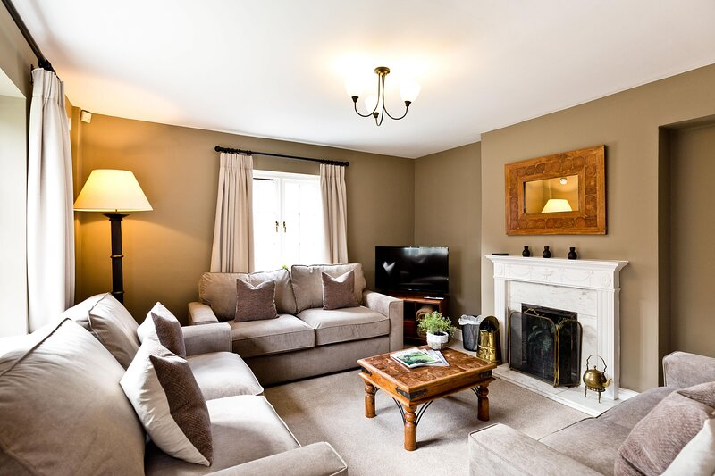 The Farmhouse | Sleeps 12 | With Shared Swimming Pool and Games Room, holiday rental in Knockerdown