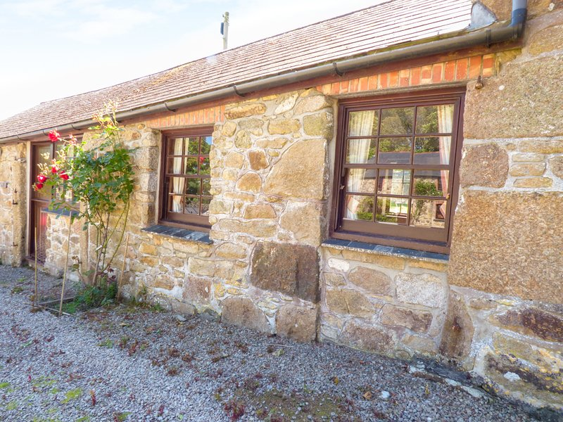 PARLOUR COTTAGE, open plan, outdoor swimming pool, near Marazion, Ref 958847, vacation rental in Angarrack